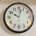 ピクチャーレールで固定できる、夜見えライト付き掛け時計『IQ-1051NJ-5JF』(CASIO)